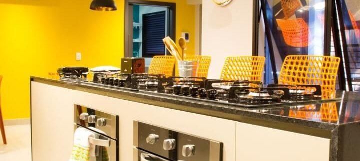 Cozinha-gourmet-com-cores-quentes-Projeto-de-Abreu-Coimbra-Arquitetura