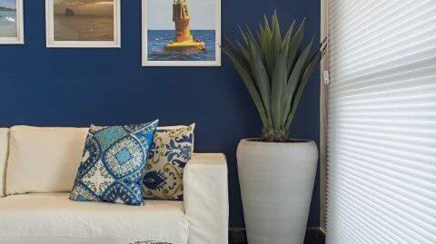 Sala-de-estar-com-parede-e-decoração-em-tons-de-azul-Projeto-de-Marcia-Debski-Ferreira