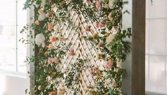 decoração-rústica-com-painel-de-flores-naturais-com-base-de-madeira